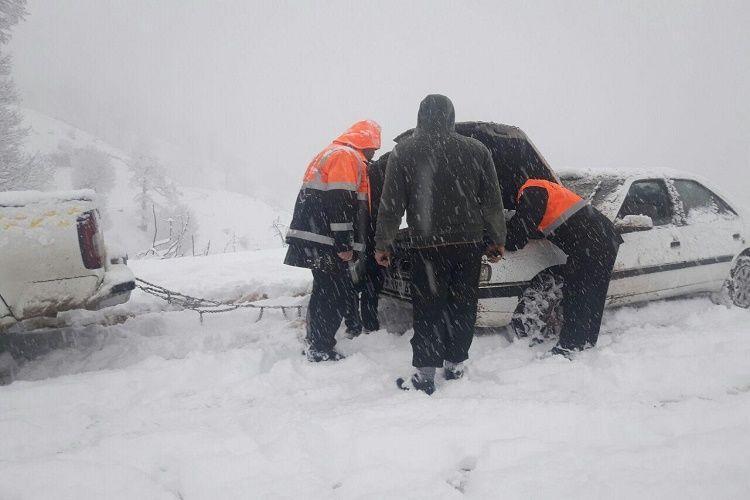 مدیرکل حمل و نقل جاده ای فارس اطلاع داد؛ 621 کیلومتر باند از جاده های استان فارس برفروبی شد، آمادگی 24 ساعته راهداران در محور های مواصلاتی