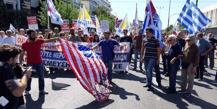 فیلم و عکس، آتش زدن پرچم آمریکا در یونان همزمان با سفر پامپئو