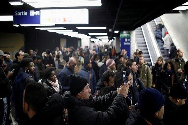13 خط از 16 خط متروی پاریس امشب متوقفند، کارگران: کوتاه نمی آییم