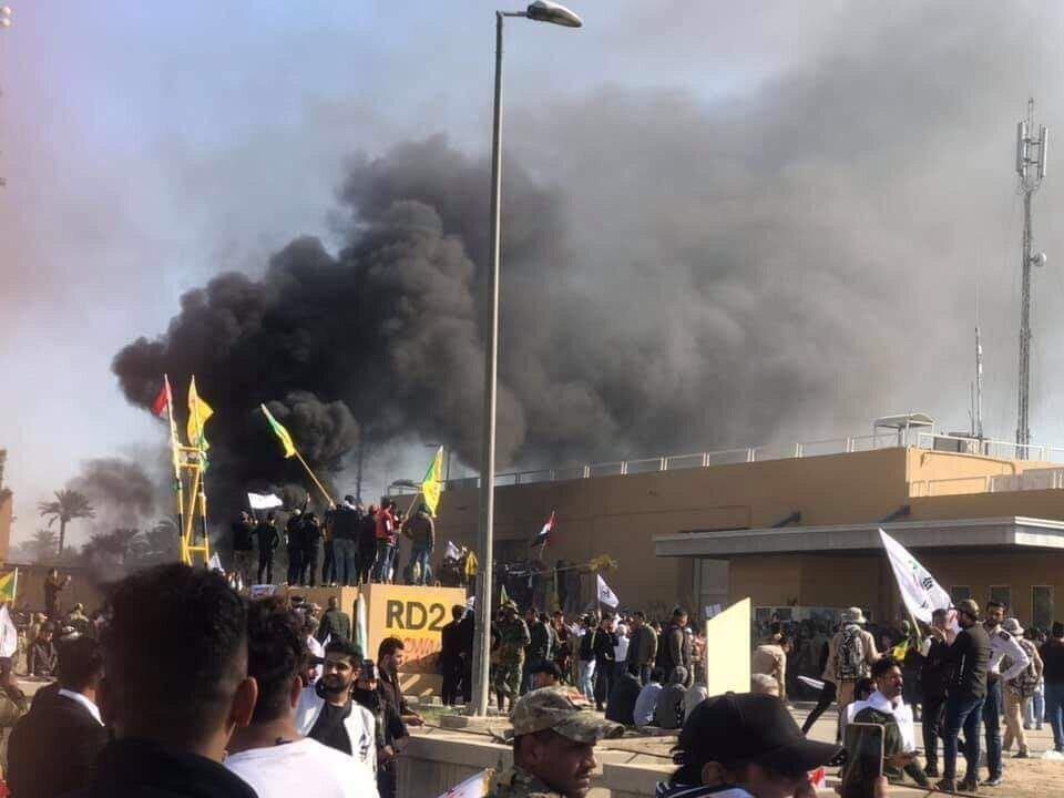 تصاویر، بیش از 60 مجروح در تیراندازی محافظان سفارت آمریکا به معترضان عراقی