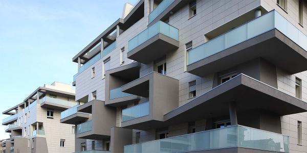 نمای مدرن ساختمان مسکونی با مصالح، رنگ و نورپردازی خاص
